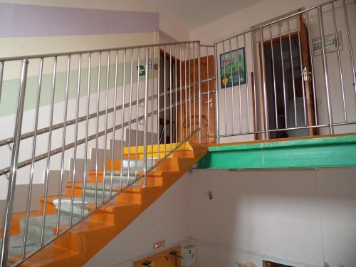Монтаж лестничных перил для школ